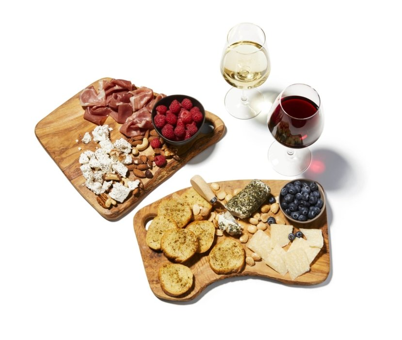 A charcuterie with white and red wine. raspberry