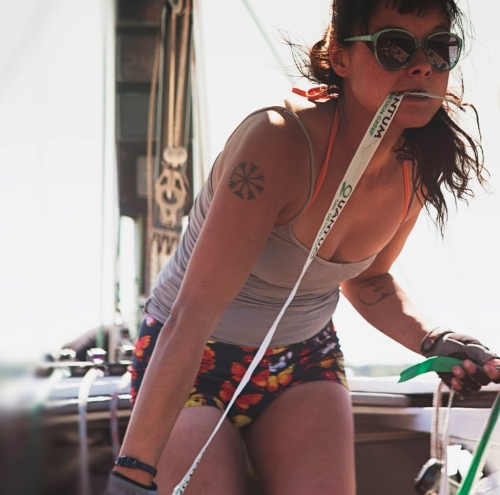 A woman on a boat with sunglasses in the moment of sailing