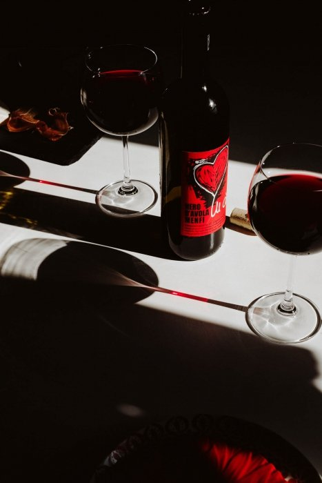Wine photography in blod contrast modern look - wine photography